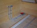Elektrokabel Wasseranschluss im Blockhaus